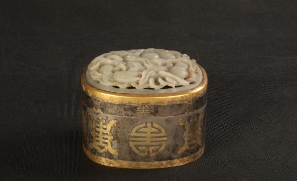 清末镶玉万寿纹椭圆形银香盒 河北博物院藏
