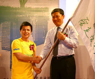 光大永明人寿时任董事长解植春(右)向公益形象大使张湘祥授旗
