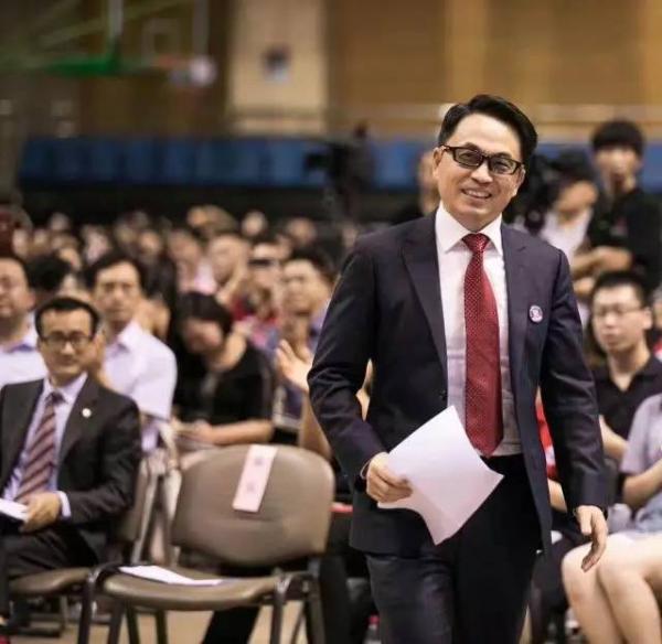 资料显示,张磊1990年考入中国人民大学,就读于该校财政金融学院国际金融专业。四年后赴美留学工作,曾在美国耶鲁大学取得工商管理硕士和国际关系硕士。2005年,归国创立高瓴资本。12年后,高瓴管理的基金规模从最初的2000万美元发展到现在的300亿美元,已成为亚洲最大的私募股权管理基金之一,成功投资了百度、腾讯、京东、摩拜等一批中国互联网企业。