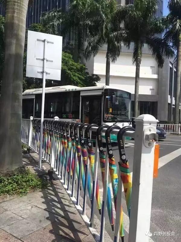 """共享e伞一般投放在繁华街道两旁的人行道护栏上。 微信公众号""""四野创投会"""" 图"""