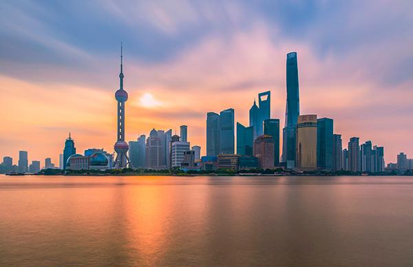 """2017年上半年中国GDP增速6.9%,高于此前机构普遍预测的6.8%。九州证券全球首席经济学家邓海清分析称,2017年二季度GDP数据再次验证了""""中国经济L型拐点已过""""。从经济结构上看,目前中国经济驱动力已经切换到""""消费+出口"""",经济结构进一步向好,中国经济""""二次探底""""的说法已被证伪。"""