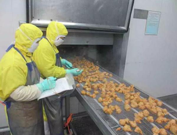 青岛九联食品厂员工正检验熟制鸡. 青岛九联集团股份有限公司官网 图