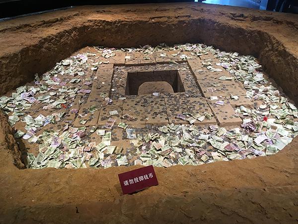 雷锋塔遗址堆满硬币 本文图均为 资料图-多处景点受 钱太多 困扰 投币图片