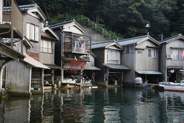 伊根町是位于京都府北部的古建筑保护区。这里有230间极富韵味的舟屋,可追溯至江户时代。本文图片摄影均为 Marco 图