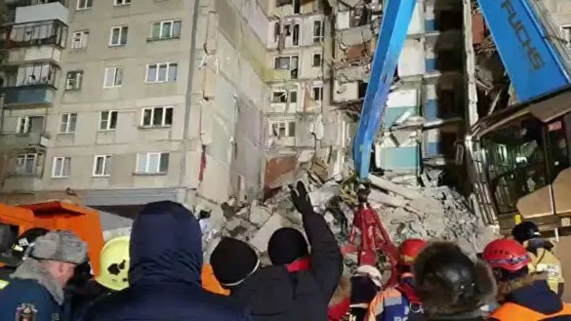 俄居民楼发生爆炸一个单元坍塌 26户居民被埋在废墟之下 目前仅有5人获救