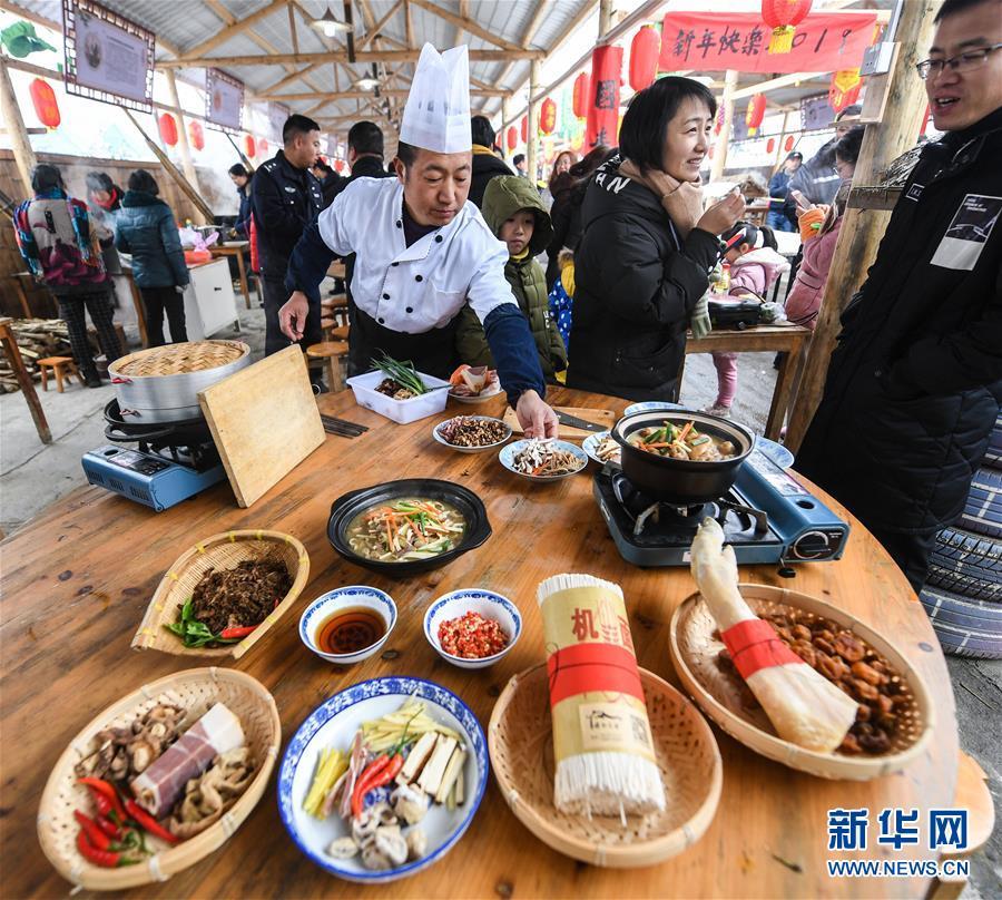 12月31日,别名乡下大厨在制作特色美食。 新华社记者徐昱摄