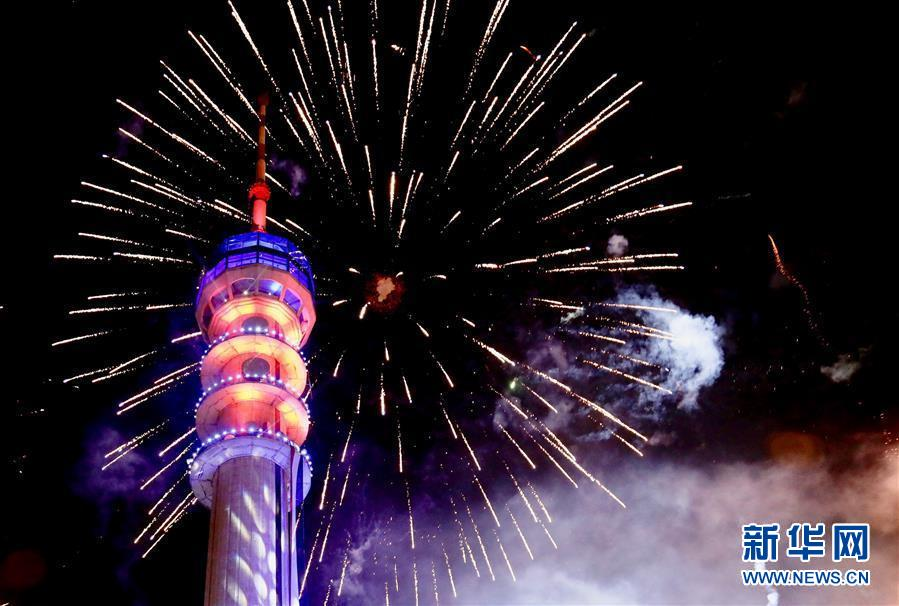 1月1日,祝贺新年的烟花在伊拉克巴格达城市上空绽放。 新华社发(哈利勒·达伍德摄)