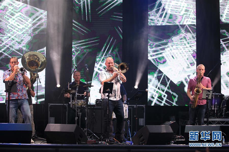 2018年12月31日,在澳大利亚堪培拉,笑队在跨年祝贺运动上演奏。 新华社发(潘翔越摄)