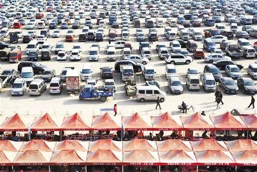 河北省廊坊市大城县集市停车场,赶集上店,走亲访友,幼汽车已成当地农民出走的清淡交通工具。 (摄于2014年11月)