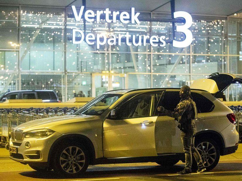 图:警方抵达Schiphol机场 来源:Canadian Press