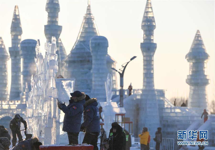 1月2日,选手在哈尔滨冰雪大世界内制作冰雕。