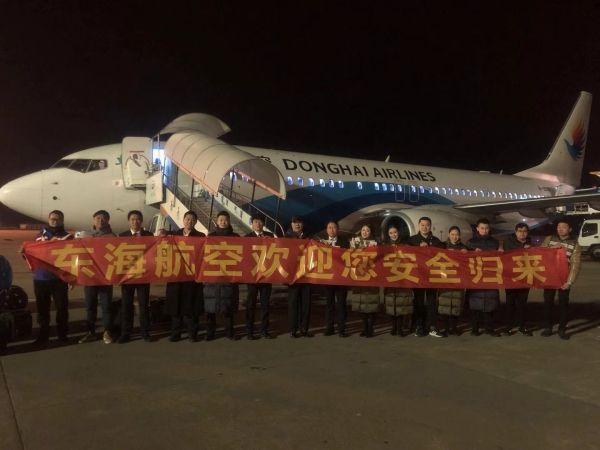图:东海航空董事长助理胡如平在珠海与DZ6272次航班机组人员相符影