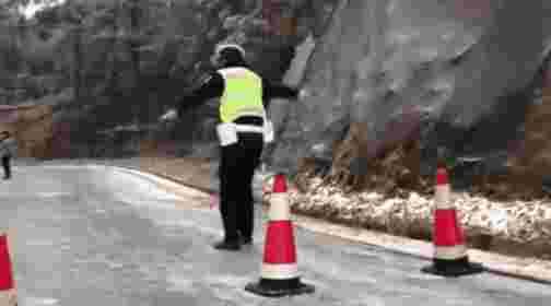 下面这四位警察叔叔直接在结冰的下坡路面上……滑走了……摩擦……摩擦……