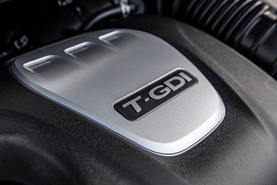 伊兰特GT N-Line其实是现代为美国市场推出的i30 N-Line换标车型,外观设计上,新车采用了现代品牌最新的设计元素,激进的网状造型前格栅以及两侧夸张的雾灯区域装饰,均能给予强烈的运动感。同时前脸辅以大量哑光银色材质进行点缀,又为其平添几许时尚气息。