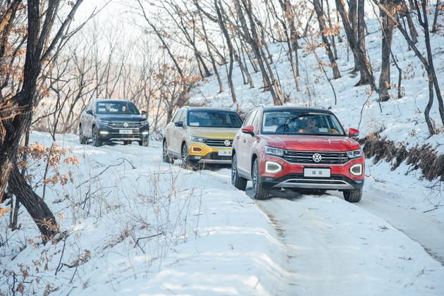 """易车抢先试驾 """"北国风光,千里冰封,万里雪飘!""""可在这个牡丹江镜泊湖的冬天不光是雪在飘,就连一汽-大众的探歌也在""""漂""""。而且它的大哥――探岳就在这冰封的深山中完成了一次小穿越。不得不说,一汽-大众的城市SUV系列越来越野了。而此次试驾除了对车的考验,还有对驾驶技巧的考验,就让我们一起感受雪地驾控的特殊感觉吧!"""