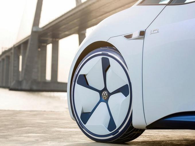 """外观方面,新车前脸采用封闭式设计,下方进气口呈矩形状。两侧大灯组与车身融为一体,内嵌环形日间行车灯辨别度极高。车侧腰线平直并呈上升趋势,下方选用造型独特的轮毂。车尾配有小型扰流板,两侧尾灯组造型十分立体,车标下方标有""""Neo""""字样,彰显其特殊身份。"""