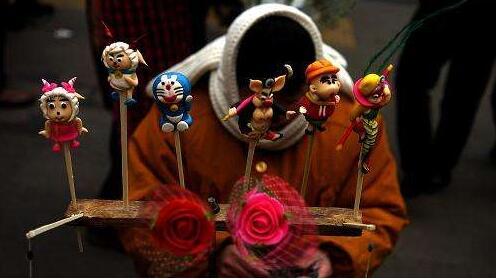 """剪纸、糖画、面塑、柳编、葫芦雕刻、传统制香、传统木工……当这些传统手工艺与生肖文化重逢,会碰撞出怎样的火花?昨天,""""2019己亥猪年虹口区迎春(元宵)习惯风情展""""经过图片、实物、现场手工艺等手段为市民们带来了一顿生肖文化大餐。(文汇报2月29日)"""