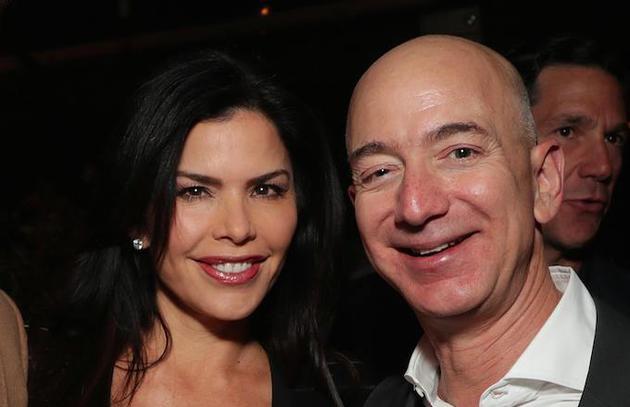 新浪APP自助领取彩金38讯 北京时间2月3日上午消息,亚马逊CEO杰夫·贝索斯(Jeff Bezos)的安全专家加文·德贝克(Gavin de Becker)正在调查,是谁泄露了贝索斯与前洛杉矶新闻主播劳伦·桑切斯(Lauren Sanchez)的私密短信。目前,他将怀疑对象指向了桑切斯的哥哥。