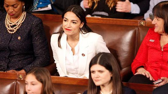 新浪美股讯 北京时间7日早间新闻,据路透社报道,美国新一届国会成立不到一个月,华盛顿的金融游说者已经在为如何答对民主党女议员寇蒂兹(Alexandria Ocasio-Cortez)这颗冉冉升首的政治新星而想方设法了。