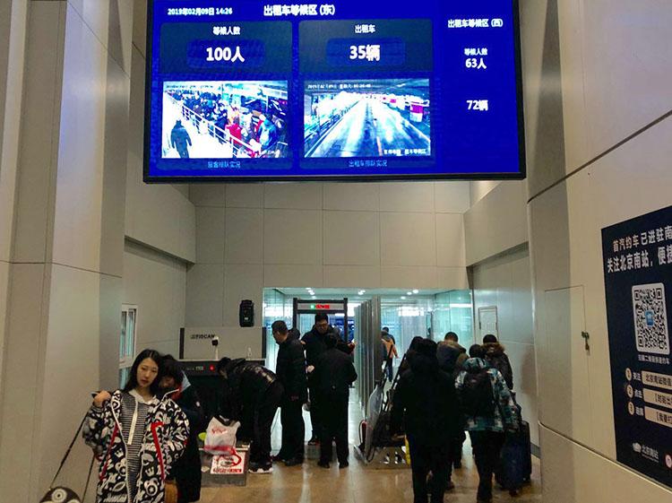 北京南站,出租车通道提示牌表现,候车人数弘远于出租车数量。