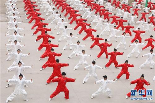 学生在集体演练长拳。