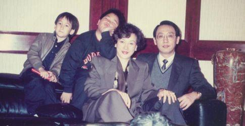 他母亲徐枫早年丧父,家境贫穷。16岁有幸考入联邦电影公司,先后拍了