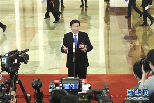 """3月12日,十三届全国人大二次会议在北京人民大会堂举行第三次全体会议。这是国家税务总局局长王军在""""部长通道""""?#37038;?#37319;访。 新华社记者殷刚摄"""