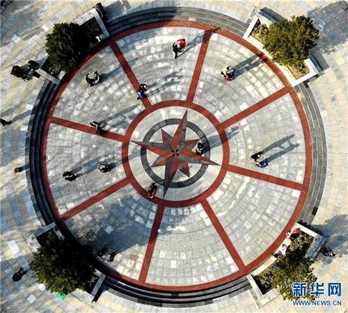3月12日,市民在河南省平顶山市由采煤塌陷区修复改造的白鹭洲国家城市湿地公园内跳舞。