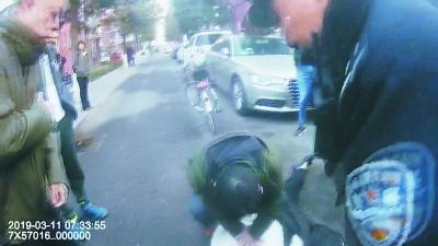 女司机昏迷车撞树 警民联手救