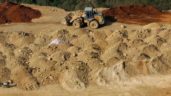 阿达马斯公司的董事总经理卡斯蒂尤说,美国将富含镧(稀土的一种)的矿石运往中国,然后购回其氧化物和化学产品。美国是中国稀土的主要市场。镧被用于精炼石油。