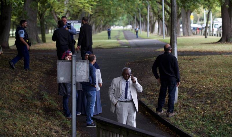 根据新西兰媒体报道,15日在位于克赖斯特彻奇市中心的一处清真寺发生枪击事件。根据目击者称,在事发的阿诺尔清真寺附近发现一具尸体,另有多人受伤,并被送往医院。当地警方已经派出大批警力,警告当地市民待在家中以确保安全,如果发现有可疑人员应立刻向警方报告。事发地点附近道路已被封锁,当地学校也已经关闭。