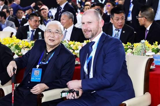 中国工程院院士郭孔辉(左)出席活动