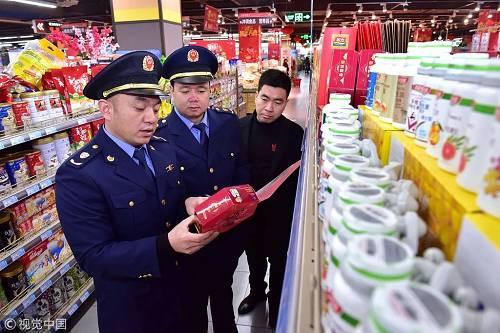 资料图。图为2019年1月,市场监督管理局执法人员对商场销售的保健品进行检查。图/视觉中国文 | 熊志