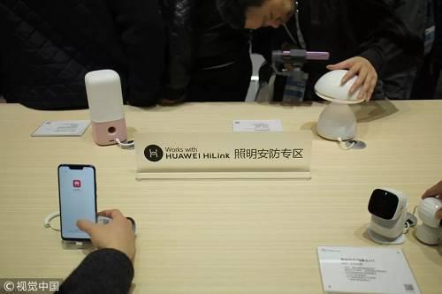3月14日,华为在上海新国际博览中心开幕的中国家电及消费电子博览会(AWE)上展出其移动通信与相关产品和技术,包括AI音箱、智能照明系统等。(视觉中国)