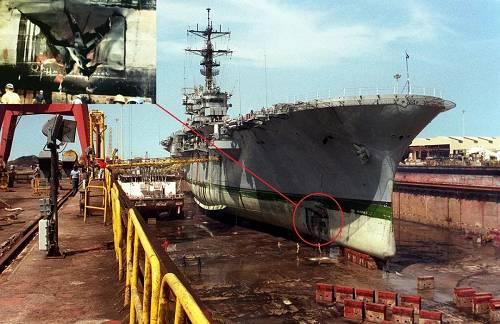 """被伊拉克廉价水雷炸残的美海军""""的黎波里""""号两栖攻击舰,红圈和小图标出的是被锚雷炸出6米长、4.9米宽的大洞。修理费高达500万美元。"""