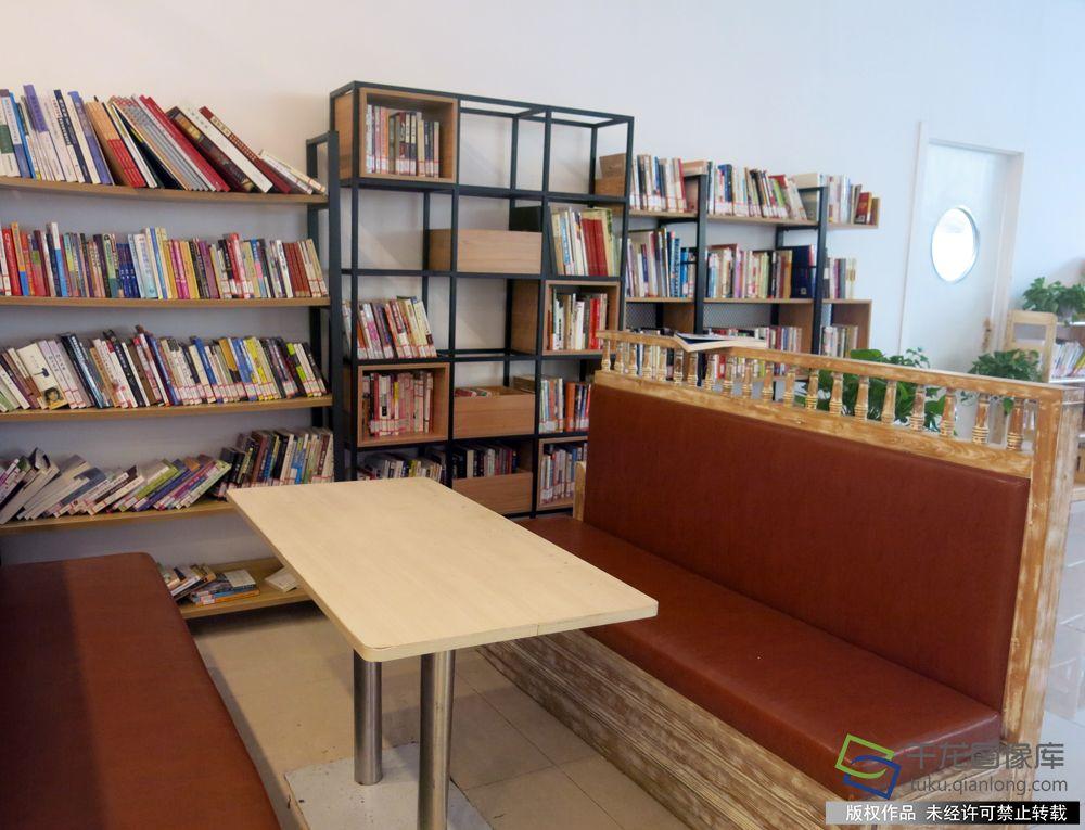 花园书店 千龙网记者 纪敬摄 书天然具有让人安静的特质,培养阅读习惯比卖书更重要。花园书店的投资方之一花神假日酒店负责人王永告诉记者,他希望未来的书店是私人化的阅读空间,甚至是个人的专属书房,不需要过多装饰,除了看书还可以低语闲叙。再理想化的状态是一层是书店,楼上是酒店,可以住在有书房的酒店里,就是生活空间的重塑。 春风习习 一期一会 从前门鲜鱼口美食街东行,拐进长巷头条后,经过水街穿巷的三里河畔,便是春风习习杂志图书馆。这里原本是一间大宅院的北院,只有80多平米,空间很紧凑,却可以阅读、思考,甚至发呆