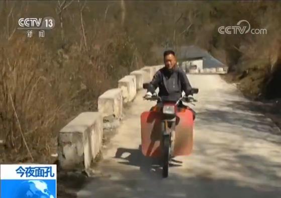 这个下午,袁辉要外出,去给一名特殊的学生上课。出了学校,还要翻过这座山。