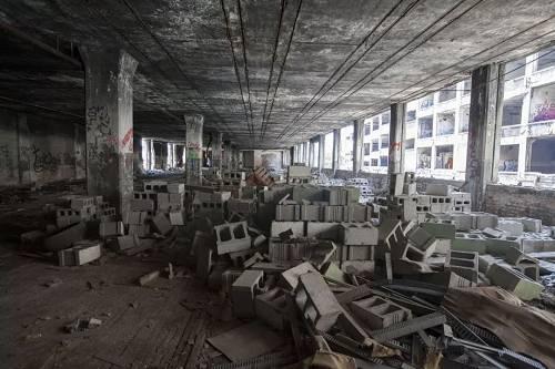资料图:这是在美国城市底特律拍摄的废弃许久的帕卡德工厂。 新华社发(马库斯·迪保拉)