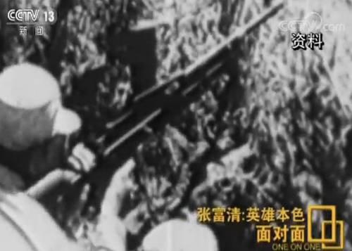 """1948年11月中旬,为配合""""三大战役""""之一的淮海战役,西北野战军发起了冬季攻势,张富清所在的部队在陕西省蒲城县以东25公里处的永丰镇发起进攻。部队决定成立突击组,张富清又一次成为突击队员。"""