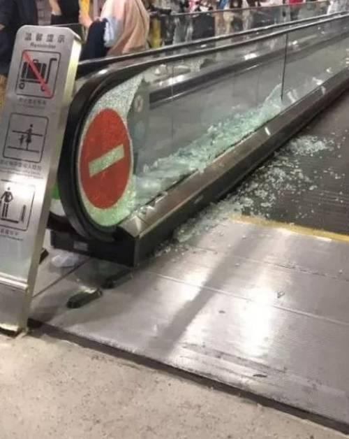 粉丝挤碎扶梯玻璃,机场岂能变秀场?