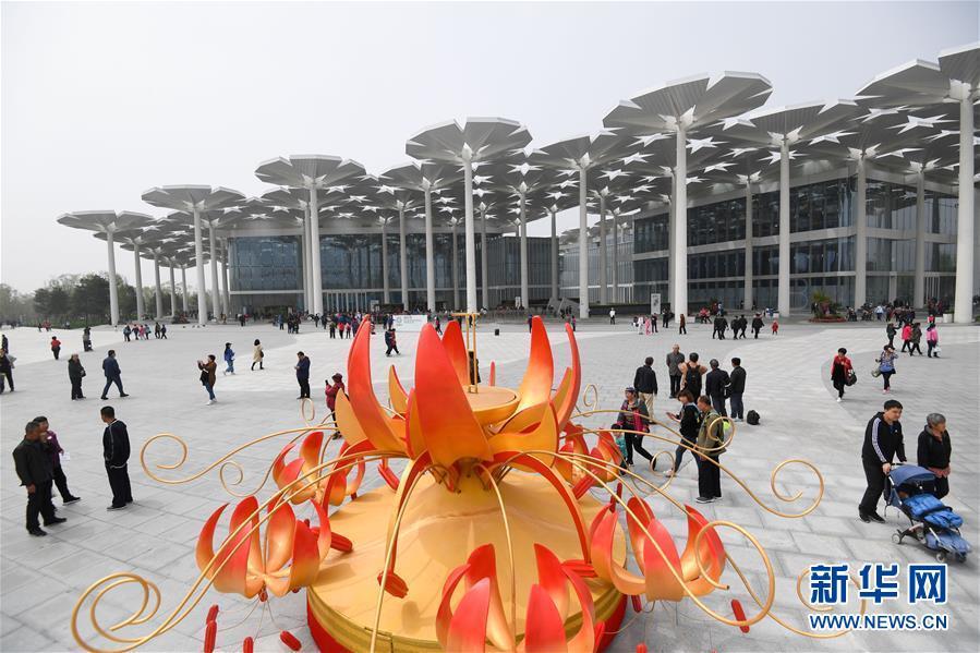 4月29日,参观者在北京世园会国际馆前游览。 新华社记者 陈晔华