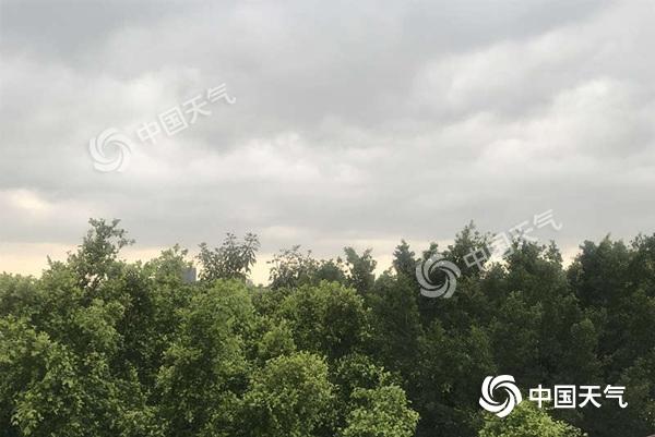 海南五一假期炎热依旧 雷雨来袭局地大到暴雨