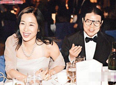 """朱玲玲1977年参选港姐夺得冠军,有""""港姐中的港姐""""之 誉,她还没有得及踏入娱乐圈就跟大富豪霍震霆结婚,豪华的婚姻轰动香港。"""