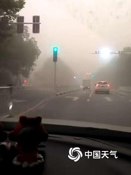 新疆哈密市伊州城区遭遇沙尘暴 能见度仅228米
