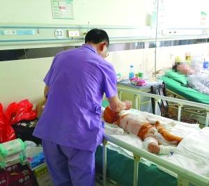 """家人在爆炸后""""离开"""",只剩4岁男孩在医院抢救"""