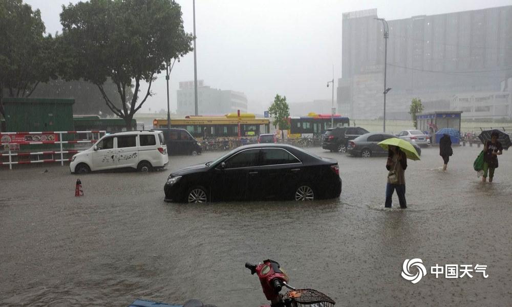 看海!广州今日午后突降暴雨 市区多处水浸严重