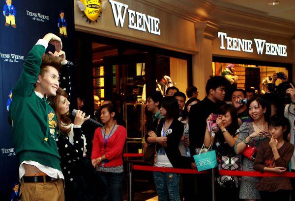 """资料图:衣恋时装旗下品牌""""Teenie Weenie""""店铺开业。(新华社)"""