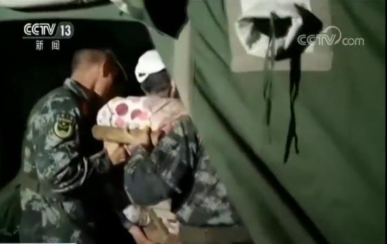 部队官兵第一时间奔赴震区 徒手爬上废墟实施救援