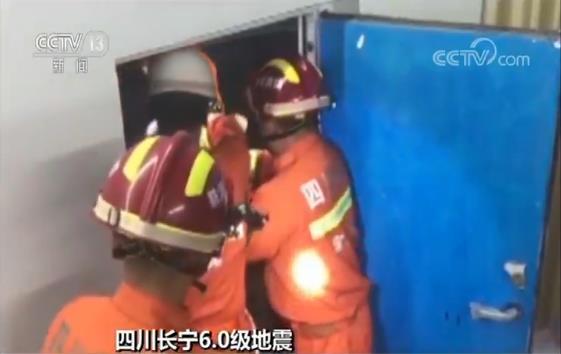 在珙县时代广场,两人因地震被困电梯,正在赶往震中区的筠连县消防救援人员根据指挥部统一调度,就近赶往现场,协助珙县消防救援人员开展救援。