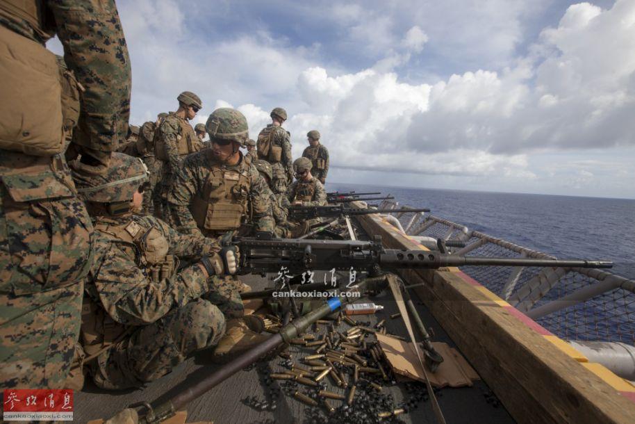 """图为2019年6月9日,美海军陆战队员在""""黄蜂""""号两栖攻击舰上,使用M2HB重机枪打靶。"""
